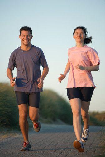 Sağlık için 20 ipucu!   1-   Kardiyovasküler hastalıklar (KVH) ile egzersiz arasında önemli bir ilişki vardır. Özellikle tempolu şekilde ve düzenli yürümek KVH riskini azaltır.   2-  Amerikan Kalp Birliği (AHA), alınan enerjinin yüzde 7'sinin altının doymuş yağ asitlerinden, yüzde 1'inin altının trans yağ asitlerinden, kolesterol için günlük 300 miligramın altında olmasını öneriyor. Yağ tüketiminde çeşitliliği önemseyin.   3-  Omega-3 (EPA,DHA) yağ asitlerinin yeterli tüketimiyle KVH riski azalmaktadır. Omega - 3'ün en iyi kaynakları; soğuk sularda yaşayan somon, uskumru, ton gibi yağlı balıklarda Omega - 3 daha fazla bulunur. Ayrıca kanola ve soya yağı da bir miktar Omega - 3 içerir.   4-   Çocuklar büyüme çağındayken daha sağlıklı besinlere yönlendirilmeye çalışılmalı, yağ ve şeker içeriği yüksek besinlerden uzak durulmalıdır. Bu yaşta gelişen alışkanlık, yaşam süresi ve hastalıklardan korunma konusunda etkilidir.   5-  Türkiye'de yetişkinlerde kalp damar hastalıkları görülme sıklığının yüzde  6.7'den yüzde sekize çıktığı görülmektedir. Beslenme eğitimine önem verilmesi şarttır.